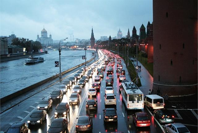 A traffic jam alon ghte Kremlin wall. Photo via BohunkaNika/Wikimedia.